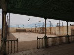 Alter Tennisplatz mit im Wind quitschenden Lampen